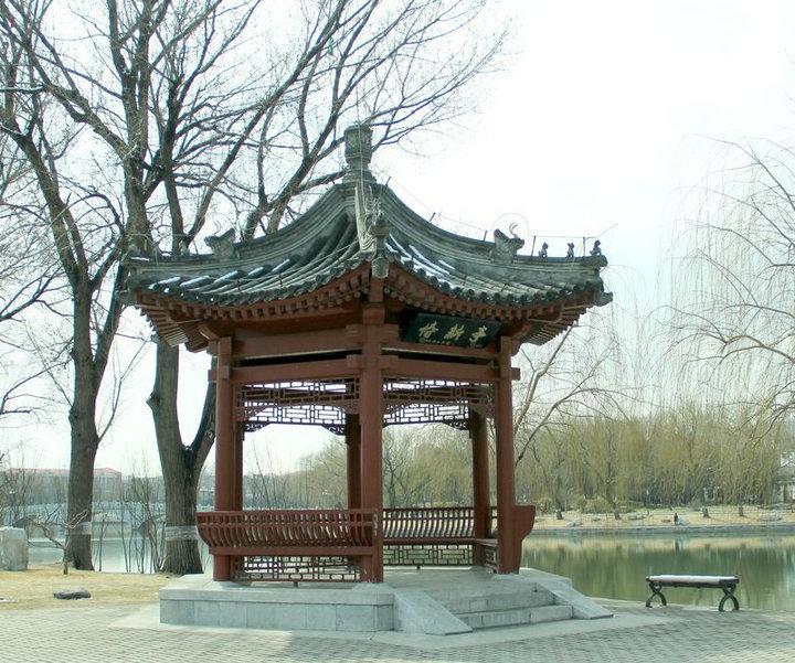 木凉亭是风景区装饰和庭院设计中常见的装饰工程.
